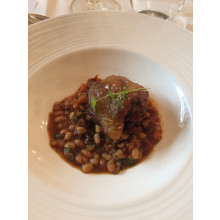 Tradiční kachní Cassoulet s fazolemi a klobásou